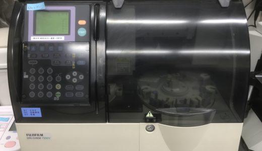 この機械で血液を調べます。